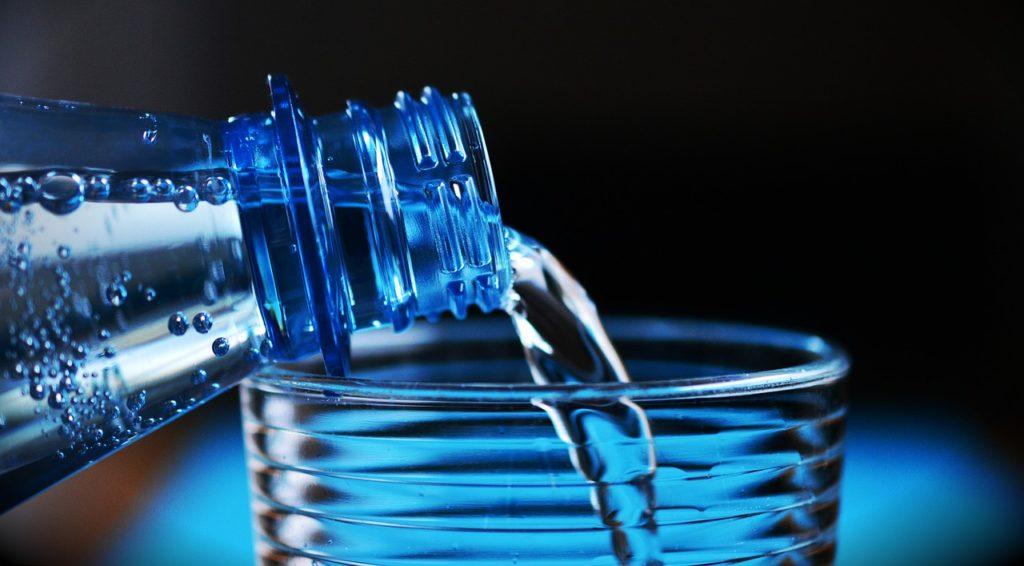 bouteille eau plastique contamination particules