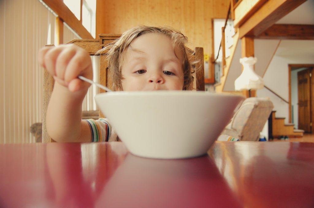 enfant-bol-porcelaine-cantine